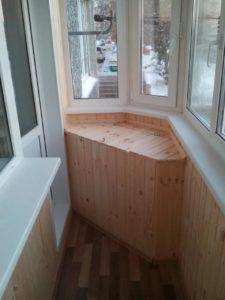 Обшивка балкона деревянными рейками
