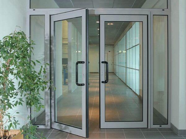 Маятниковая входная дверь